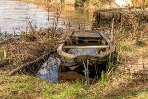 En gammel jolle, som sejler sin egen sø. Foto Hugo Mejer Hansen.