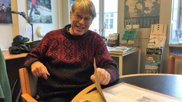(Bjarne) Stig Hansen med en af de scrapbøger, som hans far, DVL's stifter Stig Hansen, har lavet.