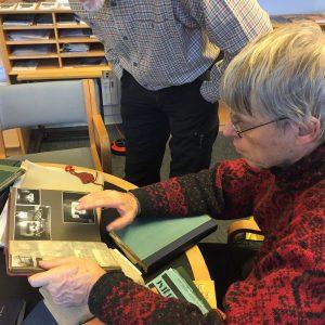 (Bjarne) Stig Hansen kigger i sin fars gamle album.