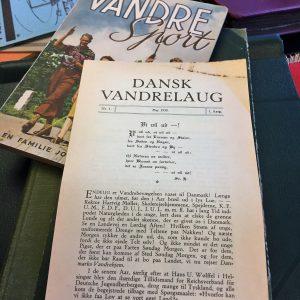 (Bjarne) Stig Hansen med en af scrapbøgerne, som hans far har lavet fra DVL's første årtier.