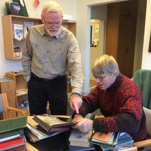 Ole Bertelsen og (Bjarne) Stig Hansen genkender nogle af de afbillede vandrehjem i de gamle scrapbøger.