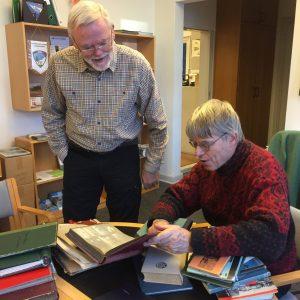 Ole Bertelsen og (Bjarne) Stig Hansen kigger i scrapbøgerne.