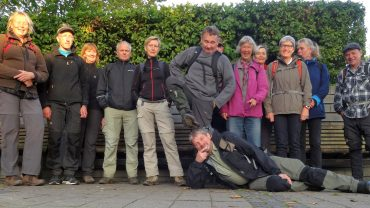 Søren P. Petersen ligger foran nogle af Lyngby Afdelings medlemmer. Foto Peter P. Petersen.