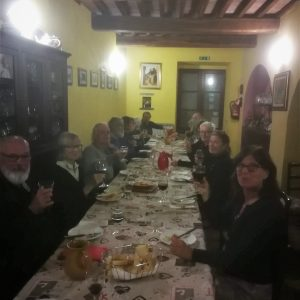 Aftensmad og hygge på Cammino de San Fransesco-turen.Foto Hans Henrik Kleinert.