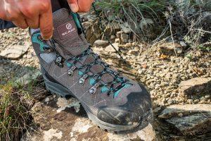 Det er vigtigt at finde den rigtige størrelse. Men ligeså vigtigt er det at snøre vandrestøvlerne godt, så de støtter foden ordentligt. Foto: Roberto Zampino, Scarpa