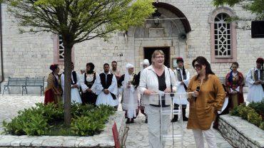 Lis Nielsen holder tale ved åbningen af LQT Menalon Trail i Grækenland 2015