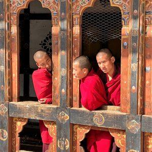 Trongsa-munke i Bhutan. Foto Vibeke Bach Madsen/Sif Thordis Søndergaard