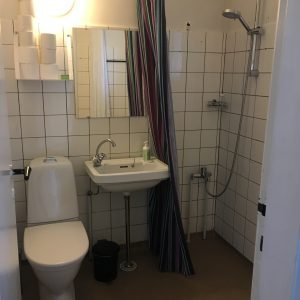 Badeværelset i Pilgrimshuset Albergue i Ballerup. Foto Rikke Ærtebjerg.