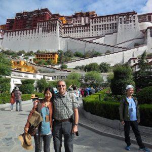 Heldigvis i trygge hænder med Tenzin. Foto Kim Greiner.