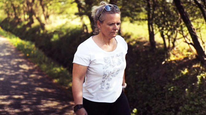 Tanja kommer frem til, at det er lækkert at gå i Sundhedsmagasinet: Gå din egen vej. Foto Type 2/DR