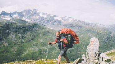 En glad vandrer på den røde T-rute i Jotunheimen. Foto Marius Dalseg Sætre/DNT