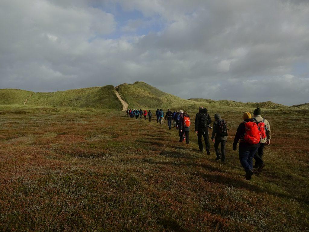Vandrere får en gåtur i naturen i Thy Nationalparks klitter. Foto Vagn Olsen