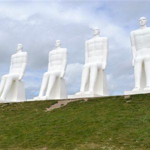 På sin fødselsdagtur gik Aage Andersen forbi Mennesket ved Havet-skulpturen nord for Esbjerg ved Sædding Strand.