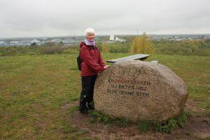 Yvonne på toppen af 'Knudmosebjerget'. Foto Helge Lund