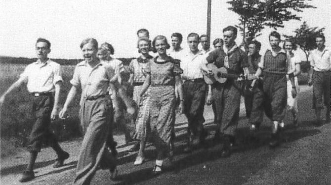 Ungdommen vandrer i flok. Foto DVL's arkiv