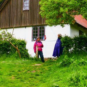 Vi glade 3 vandrere gik bl.a. ad Mølleruten i Vintersbølle Skov med medbragt fødselsdagsflag og kage for at fejre DVL's 90 års fødselsdag. Foto Karen Schmolke