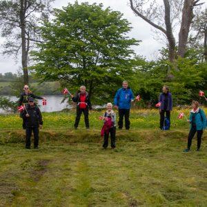 Vi var 10 spændte vandrere der mødte op til DVL Viborg afd. 90 år fødselsdagstur rundt om Fussingø ved Randers. Vi blev alle udstyret med et fødselsdagsflag, som blev monteret på rygsækken. Det blev en dejlig tur i den skønne nyudsprungne bøgeskov og langs søens vidunderlige bredder. Vi så en ugleunge på ganske nært hold, flotte blomster og insekter, musvåger, en and med ællinger, og en desværre død harekilling. Foto Michael Rasmussen