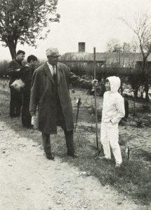 Stig Hansen i færd med at plante fødselsdagstræer i 1970. Foto DVL's arkiv