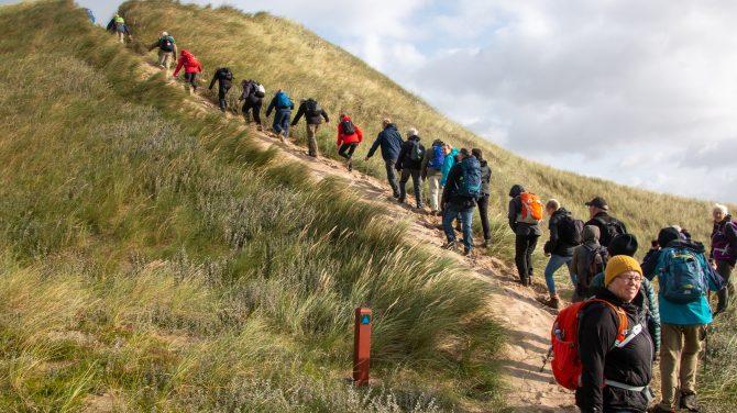 På vej mod toppen i Nationalpark Thy - en af de mange vandrestier i Region Nordjylland. Foto Michael Rasmussen