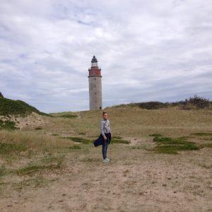 Barnebarn Ida foran fyrtårn på Anholt. Foto Kirsten Pedersen (børnebørn)