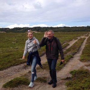 Gåtur på Anholt med barnebarn Ida. Foto Kirsten Pedersen