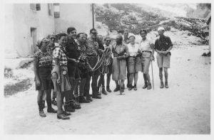 Foran Vajolet hütte med bjergfører Marino, som ledte flokken sikkert med tov til Rosengartens højeste punkt Kesselhogd (3001 m) i Dolomitterne i 1938