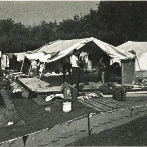 Lørdagsrengøring af teltene. Foto DVL arkiv