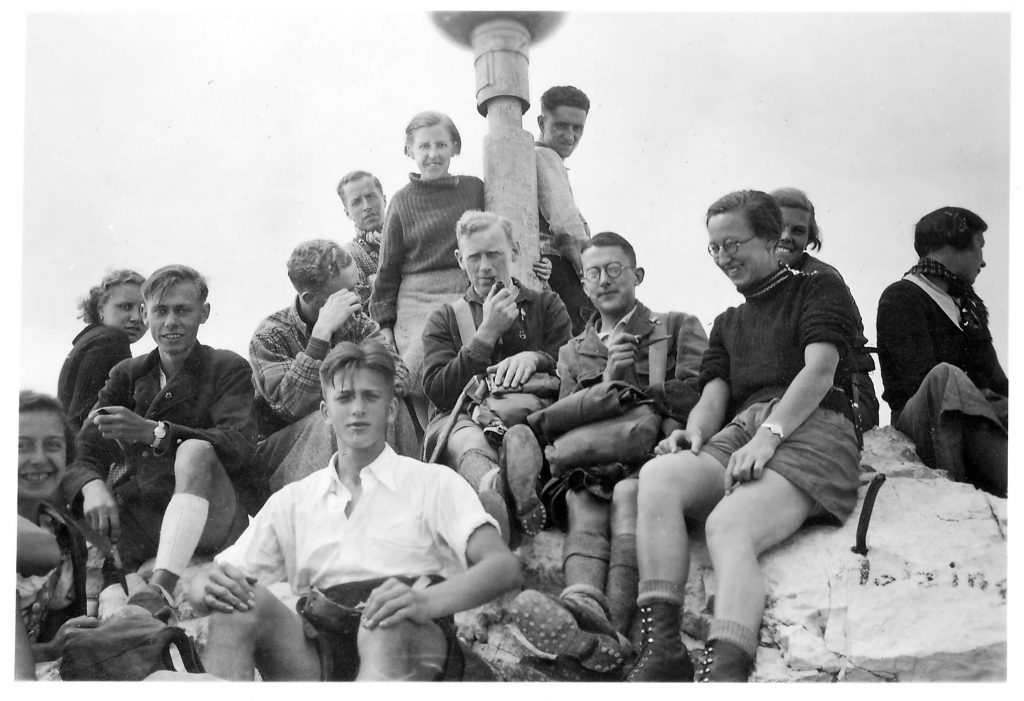 På toppen af Zugspitze (2966 m) i De Bayerske Alper i 1937. Fra venstre sidder Svend Åge med piben, Brormand og Gerda ved korset.