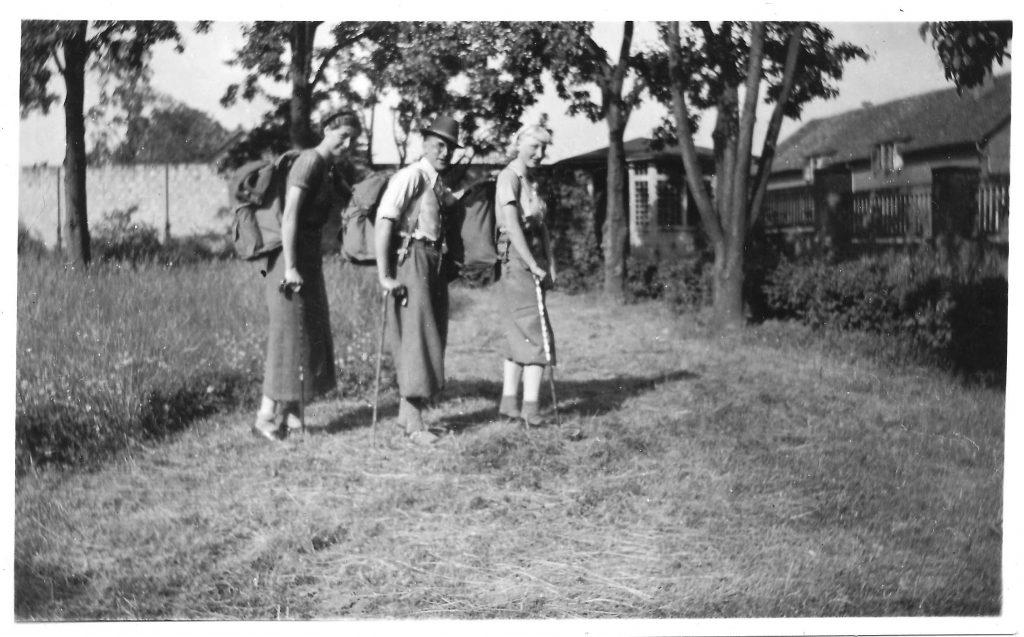 Tre vandrere med rygsække i Braunschweig i Harzen 1936. Fra venstre Elly (Thorvald), Jens (Brormand) og Rita (Søster)