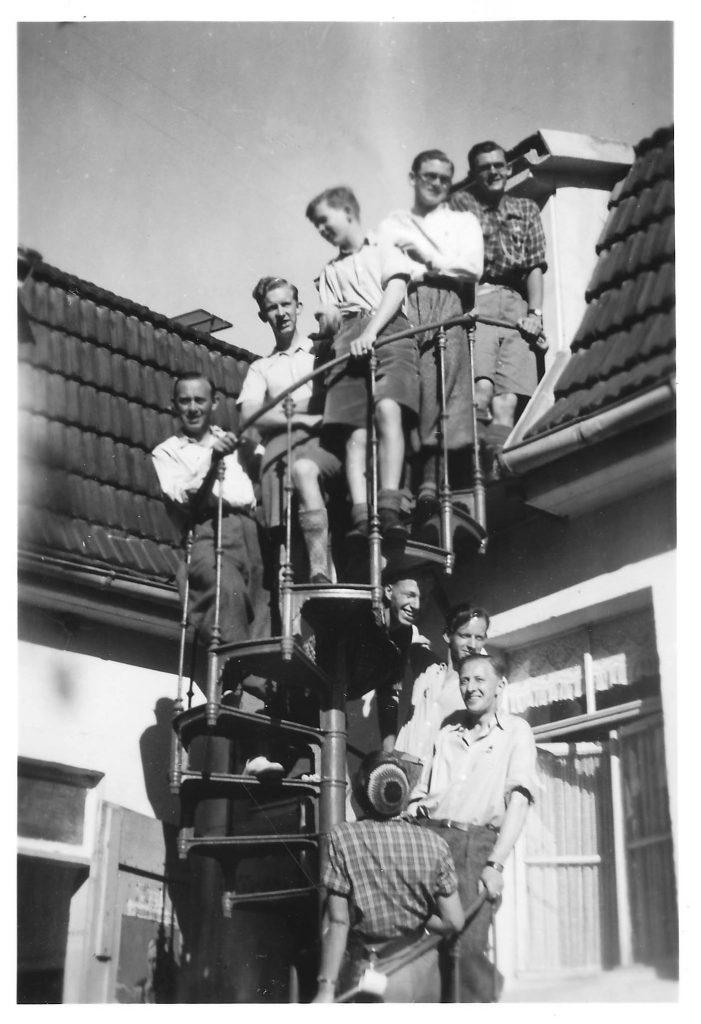 Vandrehjemmet i Thale i 1936. Turleder Poul Brejnebøl står øverst på trappen til drengenes sovesal