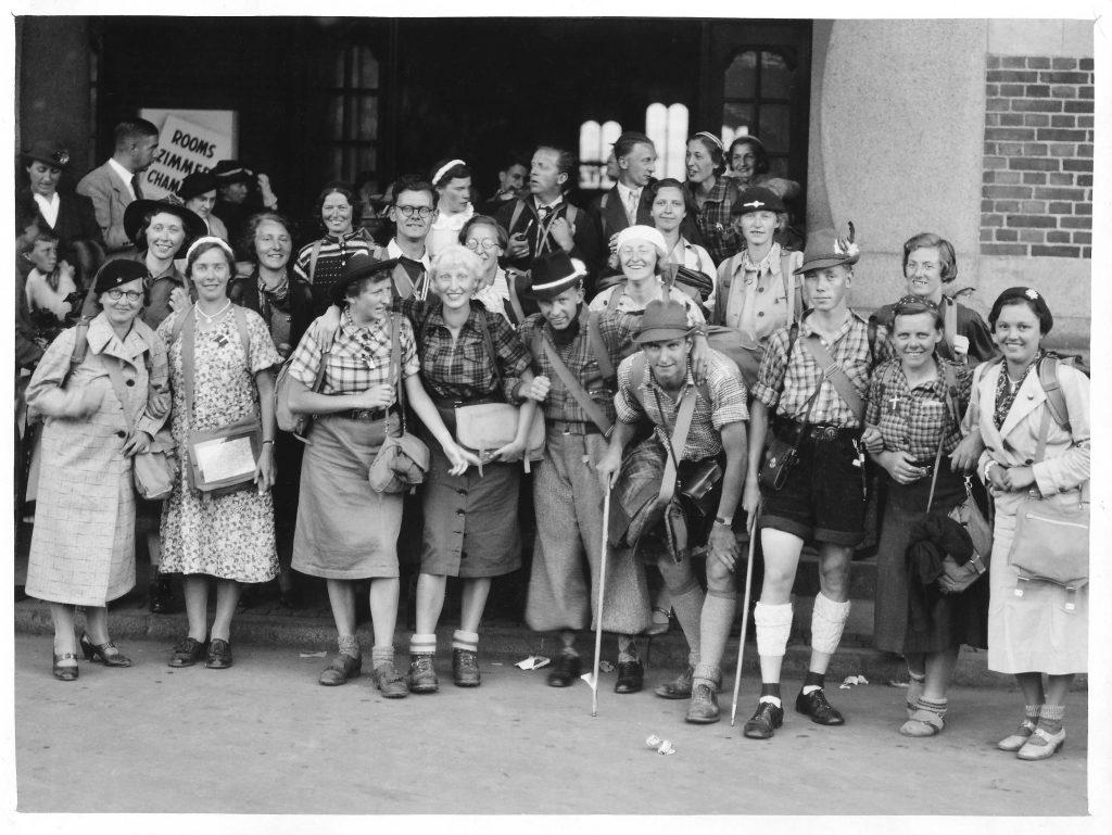 Vandreholdet foran Københavns hovedbanegård ved hjemkomsten fra Dolomitterne i 1938. Rita, med de hvide hår, står i midten mellem Lisse og Carl Johan. Gerda og Poul står lige bag hende