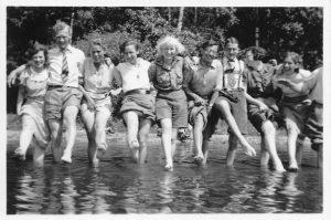 Vandretur til Gurresø før turen til De Bayerske Alper i 1937. Rita, med det hvide hår, står i midten.
