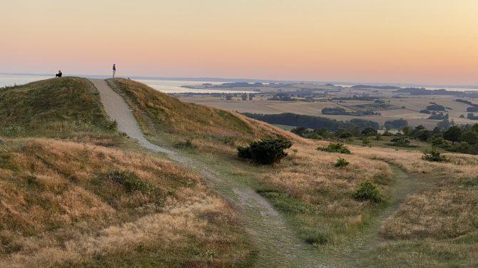 Bronzealderikonet Trehøje er en af oplevelserne på Mols Bjerge-stien. Foto Nationalpark Mols Bjerge