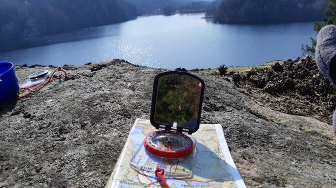 Kompas og kort er med på tur. Foto Mette Arleth