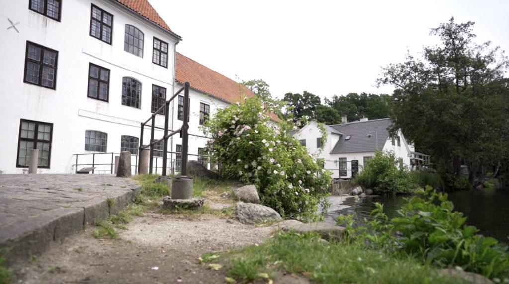 I Brede er der mange smukke gamle bygninger og idyl ved mølledammen.