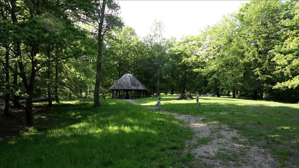 Bålhytten i picnic-området på ruten i Hareskoven
