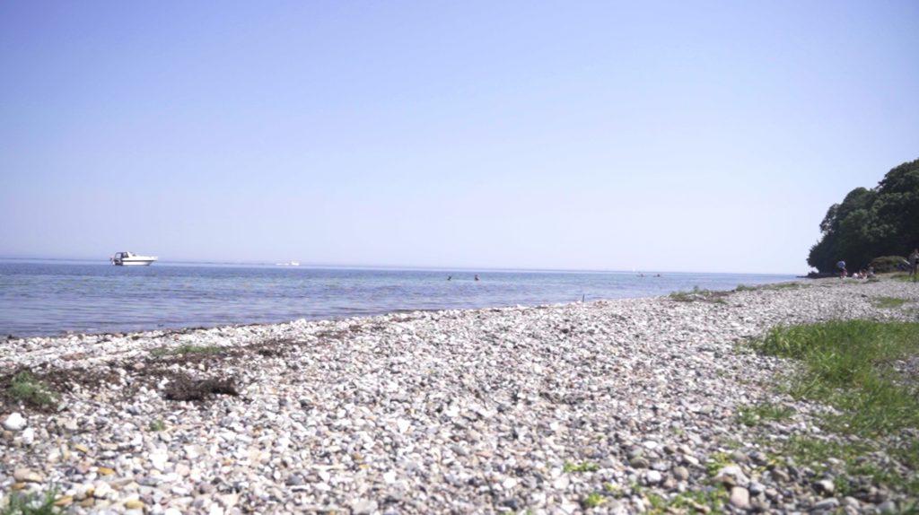 Øresundskysten er meget lysåben og inviterer til en badetur efter en tur langs Mølleåen og Dyrehaven