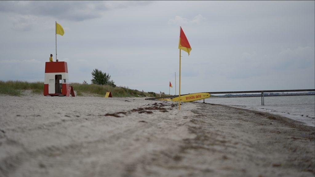 Der er fire livredderstationer fordelt over Køge Bugt Strandpark. På overskyede hverdage er her masser af plads på badebroen.