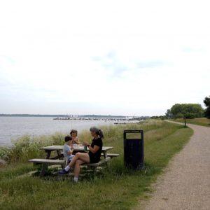 Husk madpakken eller picnic-kurven, for her er mange borde og bænke.