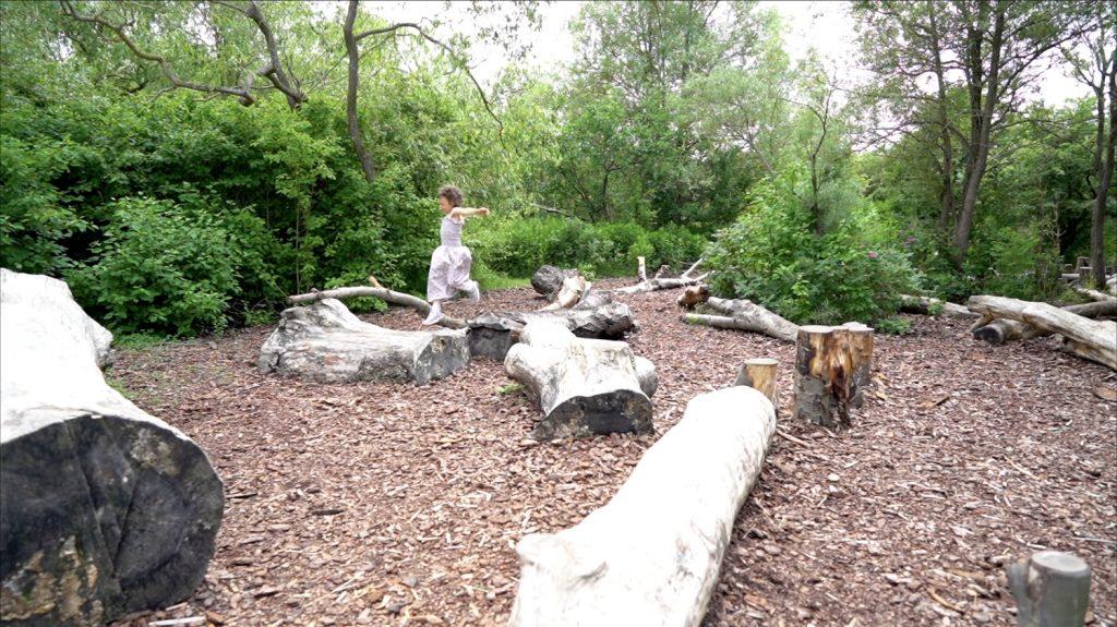 Naturlegepladsen i Kystagerparken er lavet af fældede gamle træer, som inviterer til balancegang, hop og spring.