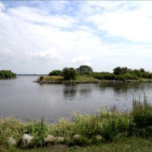 Kanten mellem land og vand er store sten, så man kan ikke gå i strandkanten i Kystagerparken.