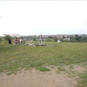 På toppen af Bjerget i Kystagerparken er der en metalskulptur, som symboliserer Solen i en 6 km lang Planetsti.