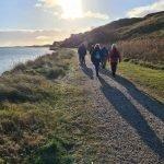 DVL vandretur - Hvide Sande, stien langs fjorden på vej mod kirkegården