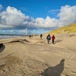 DVL vandretur - Hvide Sande, stranden med sandpumperør og de 3 møller ses