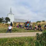 DVL vandretur 290821. Verdens Ende. Madpakker spises ved Gammel Sogn Kirke.