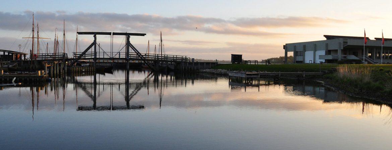 Roskilde Afdeling af Dansk Vandrelaug går tæt på Vikingeskibsmuseet. Foto: Pixabay